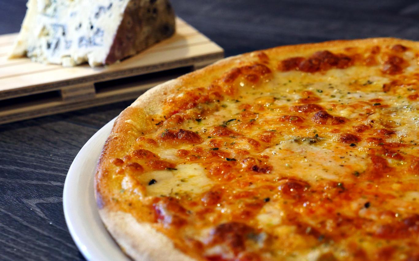Pizza Cuatro Quesos, Pizzas clásicas. Restaurante pizzeria Otro Mondo en Villaviciosa de Odón.