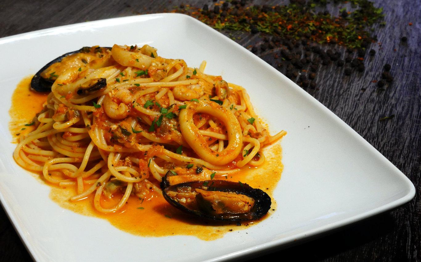 Spaghetti Frutti di Mare, pasta italiana, Restaurante pizzeria Otro Mondo en Villaviciosa de Odón.