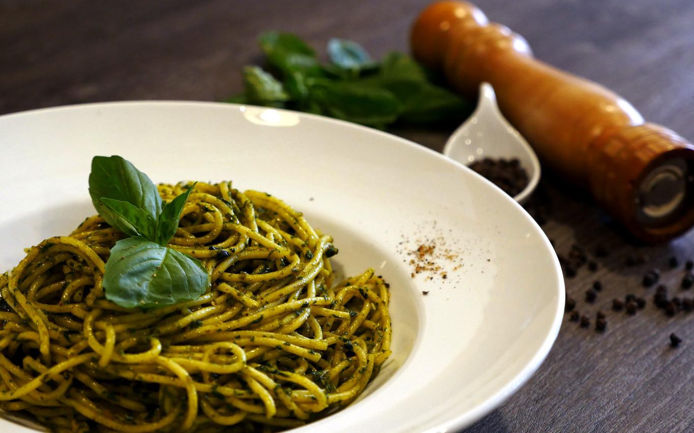 Spaghetti pesto, pasta Italiana. Restaurante pizzeria Otro Mondo en Villaviciosa de Odón.