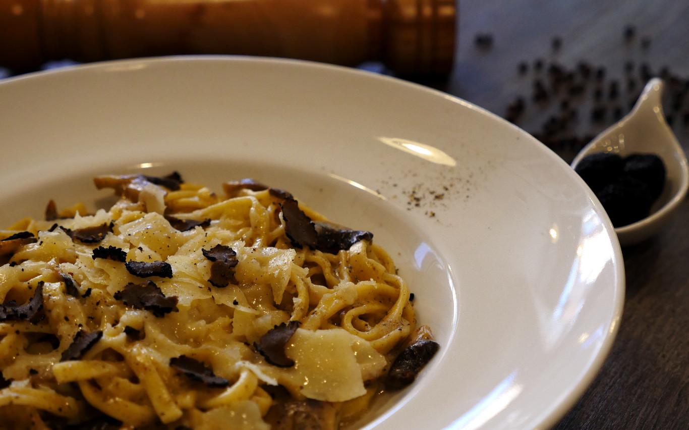 Tagliatelle Tartufo e Funghi, pasta Italiana. Restaurante pizzeria Otro Mondo en Villaviciosa de Odón.